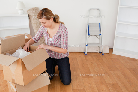 Blondhaired woman preparing to move houseの素材 [FYI00484271]
