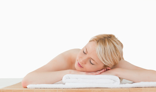 Young beautiful blonde woman relaxing in a spa centreの写真素材 [FYI00484292]