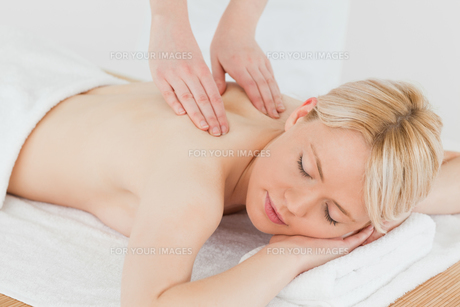 Closeup of young gorgeous blonde woman receiving a back massageの写真素材 [FYI00484296]