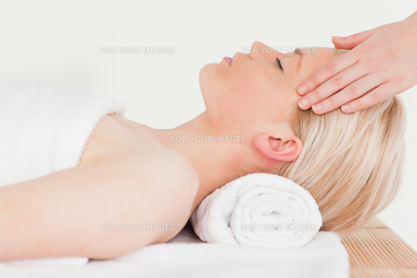 Pretty blonde woman enjoying her treatment in a Spa centreの素材 [FYI00484304]