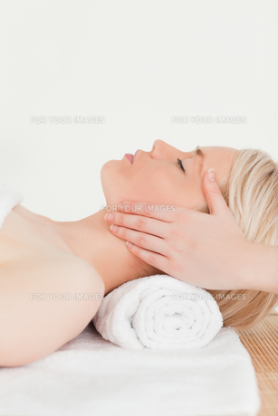 Cute blonde woman enjoying her treatment in a Spa centreの素材 [FYI00484305]