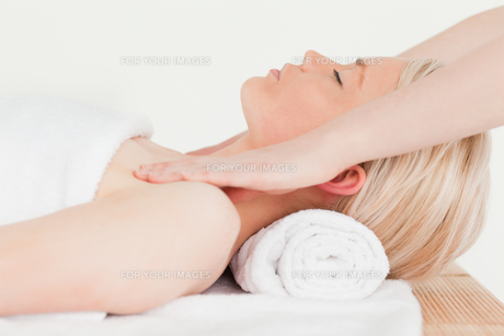 Delighted blonde woman enjoying her treatment in a Spa centreの写真素材 [FYI00484306]