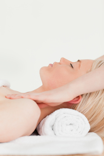 Attractive blonde woman enjoying her treatment in a Spa centreの素材 [FYI00484307]