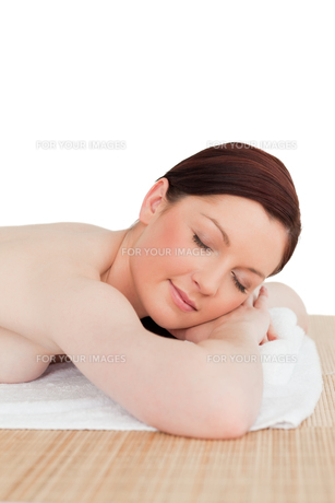 Good looking redhaired female relaxing in a spa centreの写真素材 [FYI00484318]