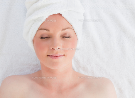 Closeup of a beautiful serene woman posing while relaxing in a spa centreの写真素材 [FYI00484322]