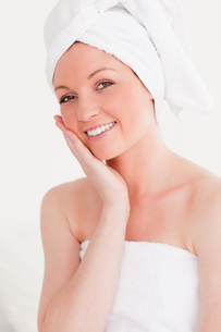 Attractive young woman wearing a towelの写真素材 [FYI00484356]