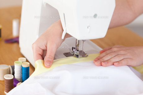 Caucasian hands using a sewing machineの素材 [FYI00484368]