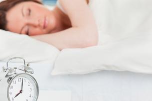 Beautiful redhaired female sleepingの写真素材 [FYI00484372]
