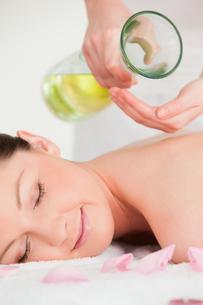 Portrait of a happy woman having massage oil versedの写真素材 [FYI00484377]