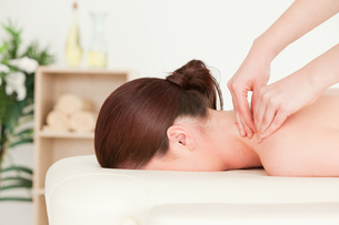 Redhaired woman receiving a back massageの素材 [FYI00484383]