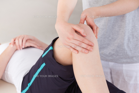 Masseuse massing the kneeの写真素材 [FYI00484388]