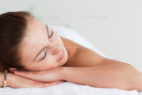 Close up of a young brunette lying on a massage tableの写真素材 [FYI00484409]
