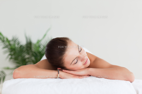 Young brunette lying on a massage tableの写真素材 [FYI00484412]