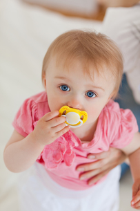 Cute baby looking at the cameraの写真素材 [FYI00484419]
