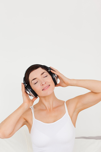 Charming woman listening to musicの素材 [FYI00484445]