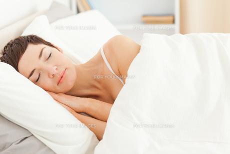 Charming woman sleepingの素材 [FYI00484446]
