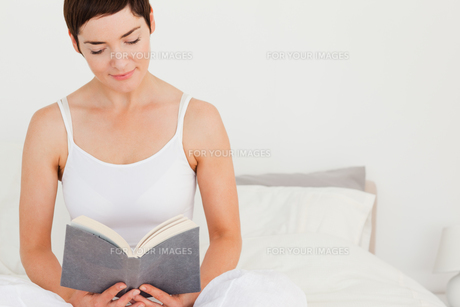 Lovely woman reading a bookの写真素材 [FYI00484447]