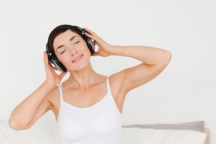 Delighted woman listening to musicの写真素材 [FYI00484448]