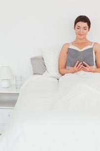 Beautiful brunette reading a bookの写真素材 [FYI00484450]