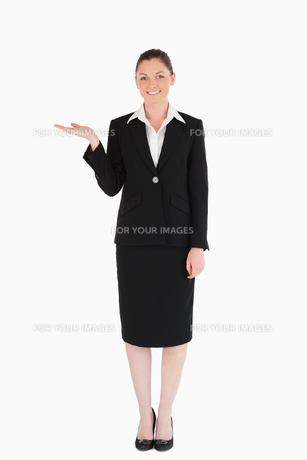Gorgeous woman in suit showing a copy spaceの写真素材 [FYI00484463]