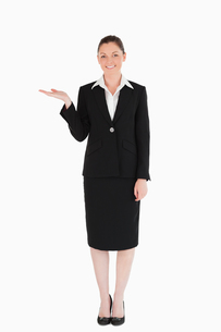 Gorgeous woman in suit showing a copy spaceの素材 [FYI00484463]