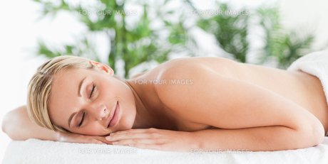 Good looking blonde woman sleeping on a loungerの素材 [FYI00484497]