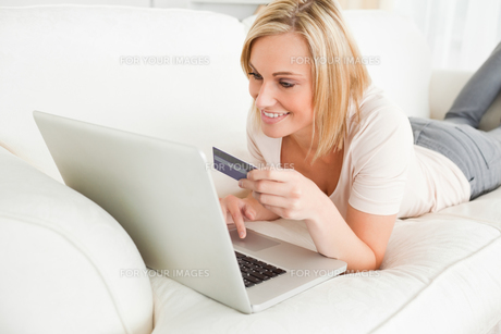 Woman purchasing onlineの写真素材 [FYI00484508]