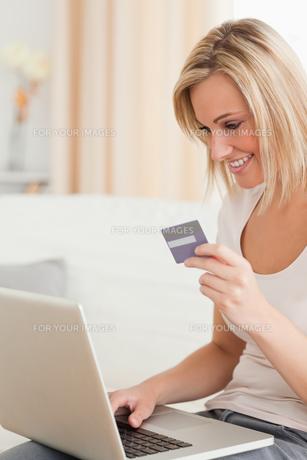 Portrait of woman buying onlineの写真素材 [FYI00484512]