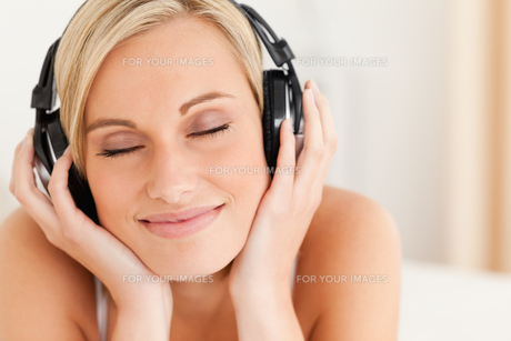 Close up of a delighted woman wearing headphonesの写真素材 [FYI00484513]