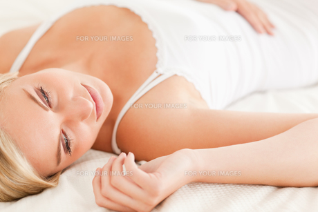 Gorgeous woman lying downの写真素材 [FYI00484519]