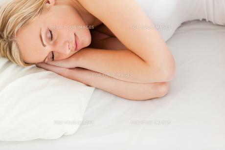 Calm blonde woman sleepingの写真素材 [FYI00484521]