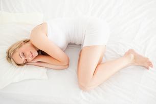 Cute blonde woman sleepingの写真素材 [FYI00484522]