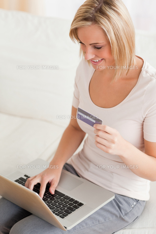 Close up of a charming woman buying onlineの写真素材 [FYI00484523]