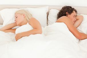 Portrait of a quiet couple sleepingの写真素材 [FYI00484524]