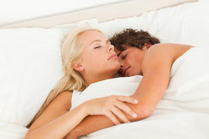 Lovely couple hugging while sleepingの写真素材 [FYI00484526]