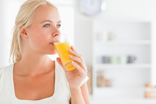 Close up of a blonde woman drinking juiceの素材 [FYI00484546]
