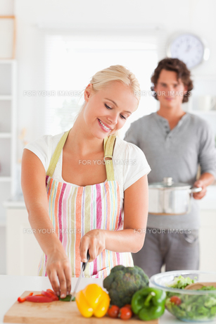 Portrait of a man bringing a boiler to her girlfriendの写真素材 [FYI00484553]