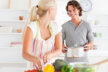 Young couple cookingの写真素材 [FYI00484560]