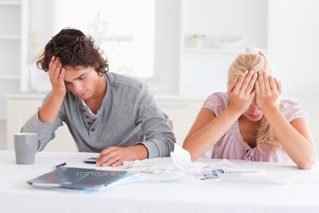 Sad couple while accountingの写真素材 [FYI00484574]