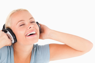 Close up of a laughing woman with headphonesの素材 [FYI00484575]