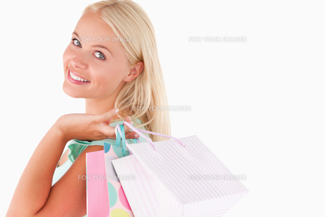 Portrait of a Joyful blond woman with shopping bagsの写真素材 [FYI00484576]