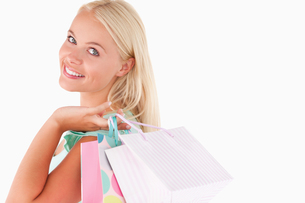 Portrait of a Joyful blond woman with shopping bagsの素材 [FYI00484576]