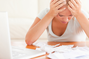 Worried blond woman accountingの写真素材 [FYI00484600]