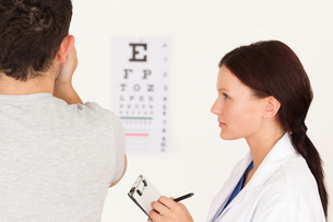 Female optician and manの写真素材 [FYI00484604]