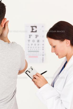 Optician and manの写真素材 [FYI00484606]