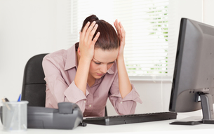 Stressed businesswomanの写真素材 [FYI00484607]