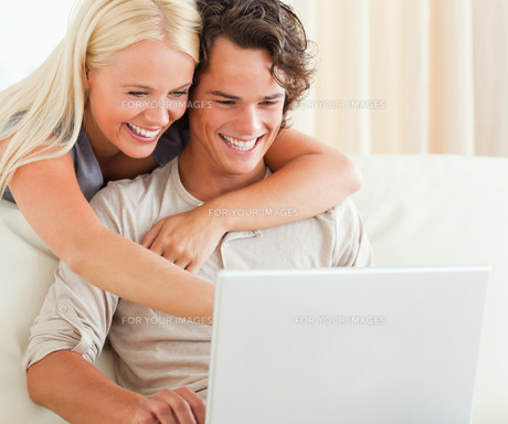 Couple using a laptopの素材 [FYI00484617]