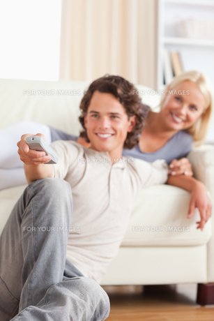 Portrait of a couple watching the televisionの写真素材 [FYI00484620]