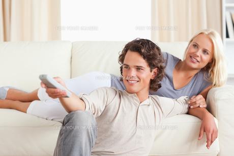 Cute young couple watching TVの素材 [FYI00484621]