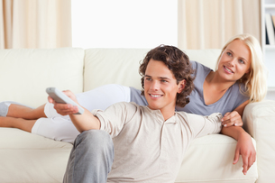 Cute young couple watching TVの写真素材 [FYI00484621]